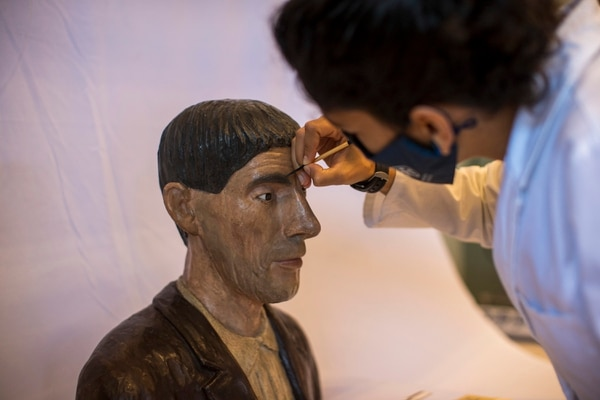 Sophia Jimenez Garcia, one of the restorers, puts the finishing touches on this bust of Casemiro Zamora, a peasant who lived around 1870. This bust is one of the first non-religious artworks in the country, and is part of the collection to be displayed on the bicentennial.  Photography: Jose Cordero