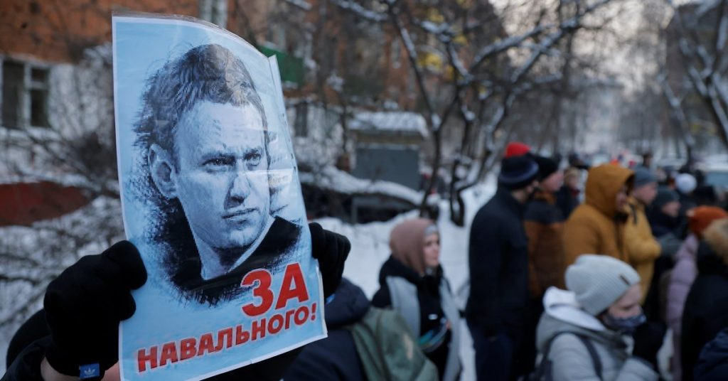 """Russia plans to declare Navalny's party an """"extremist group"""": Even wearing a T-shirt with his picture on it can be prohibited"""