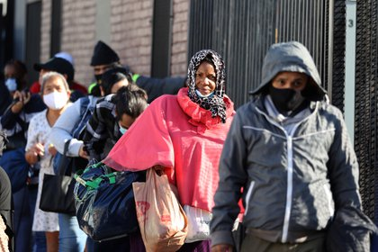 The Los Angeles Mission Area is the last line of homeless people to get Thanksgiving food.  REUTERS / Lucy Nicholson