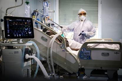 Intensive care unit at the Hospital Clinico de Valencia in November 2020.