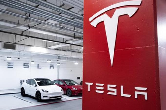 Ingenieros demuestran que autos de Tesla pueden circular sin conductor