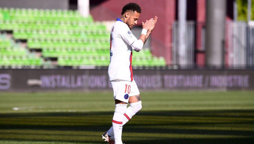 Neymar aplaude en un partido del PSG