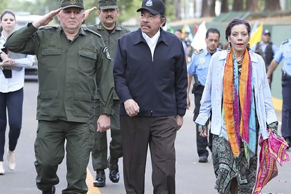 Daniel Ortega and Rosario Murillo with General Julio Cesar Aviles (Image taken from 19 Digital)