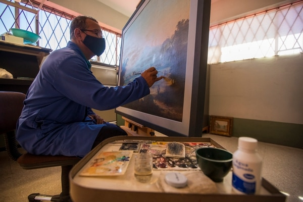 Alfredo Duncan Davis, restorer of the National Museum, is one of those responsible for preserving and giving life to the works that will be shown in the exhibition.  Photography: Jose Cordero