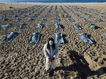 Drone photo showing elements simulating about 400 body bags during the NGO Rio de Paz event commemorating the more than 400,000 Brazilians killed by COVID-19, was taken on Friday on the sands of Copacabana Beach, in the southern part.  Rio de Janeiro, Brazil.  EFE / Antonio Laserda