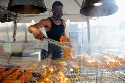 One person cooks fried chicken in the US.  REUTERS / Rory Doyle