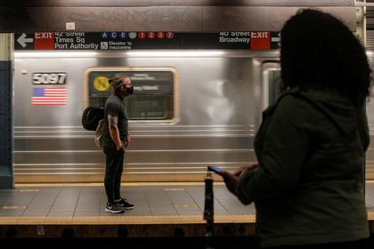 Passengers at a subway station in New York (REUTERS / Brendan McDermott)