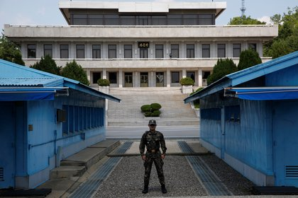 North Korean soldiers stand guard in the Joint Security Zone (JSA) of the Military Zone (TMZ) in Panmunjom, Baju, South Korea.  EFE / Zion Hyun-kyun / Archive
