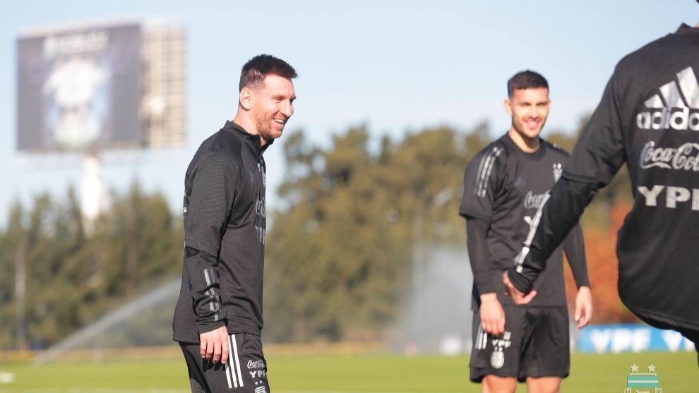 Messi y Paredes, durante un ejercicio.