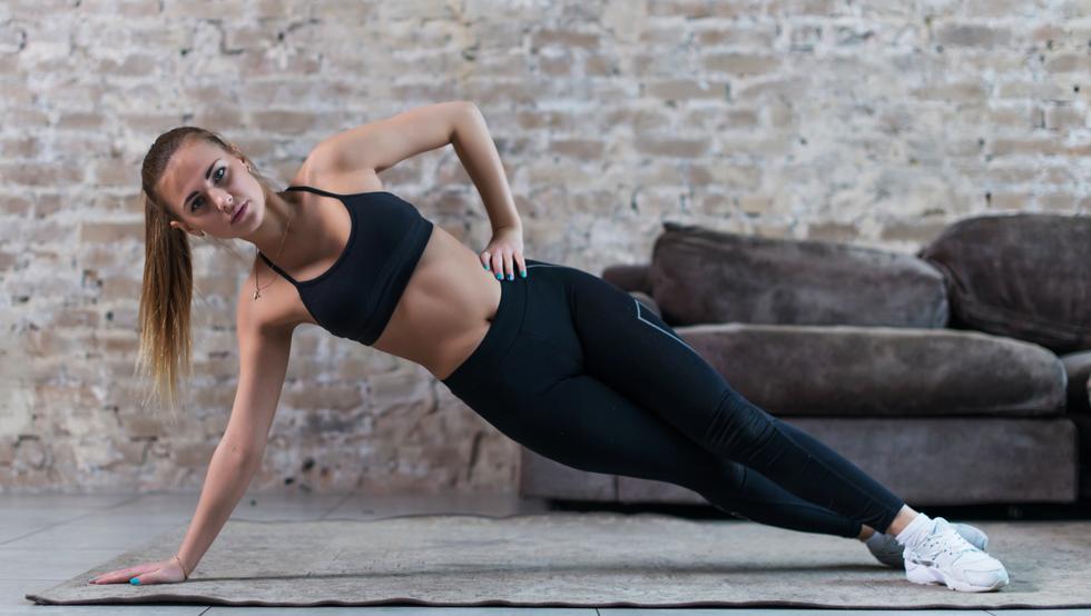 Si tu objetivo es ponerte en forma y eliminar la grasa acumulada en la zona de la barriga, es importante que empieces a hacer abdominales. (Getty)