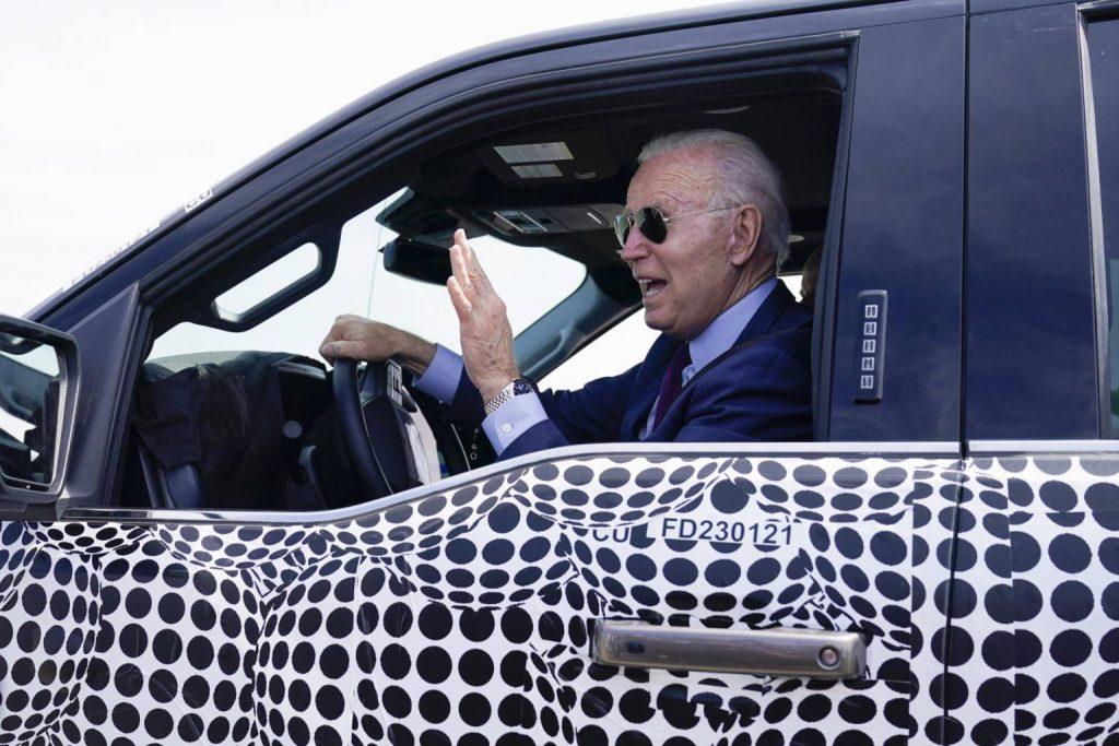 Biden returns to the wheel of an electric truck