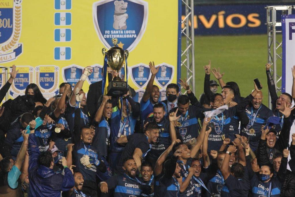 Los jugadores de Santa Lucía festejan con la Copa de campeón del Clausura 2021. (Foto Prensa Libre: Norvin Mendoza).