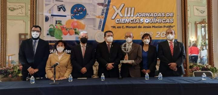 Chemical science honors teacher Manuel Macias Patiño