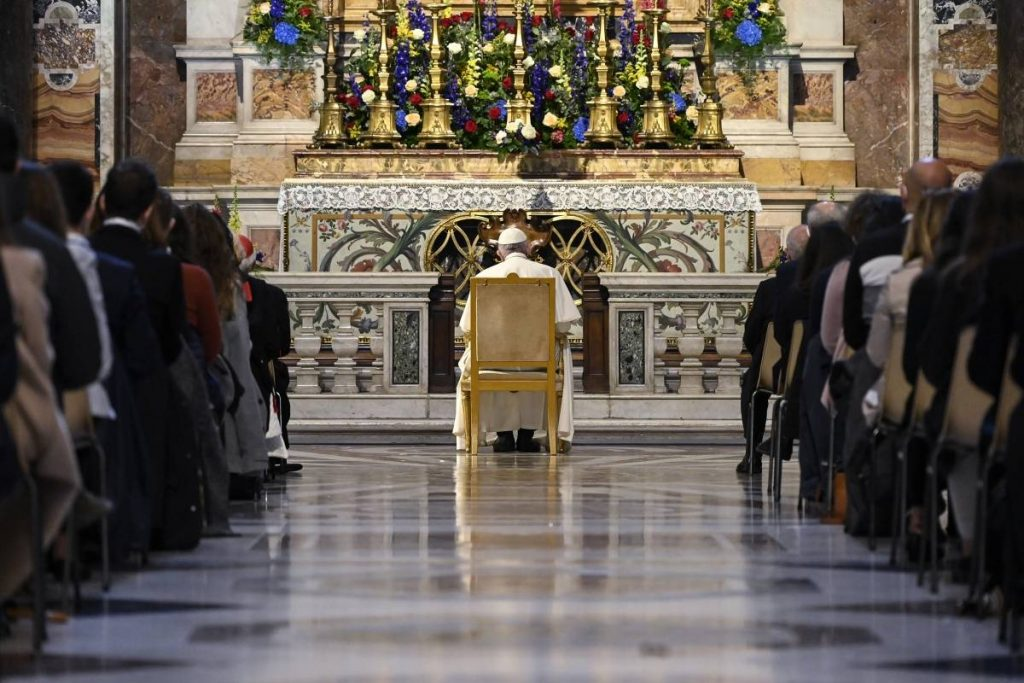"""Pope prays for an end to the pandemic and a """"horizon of hope"""""""