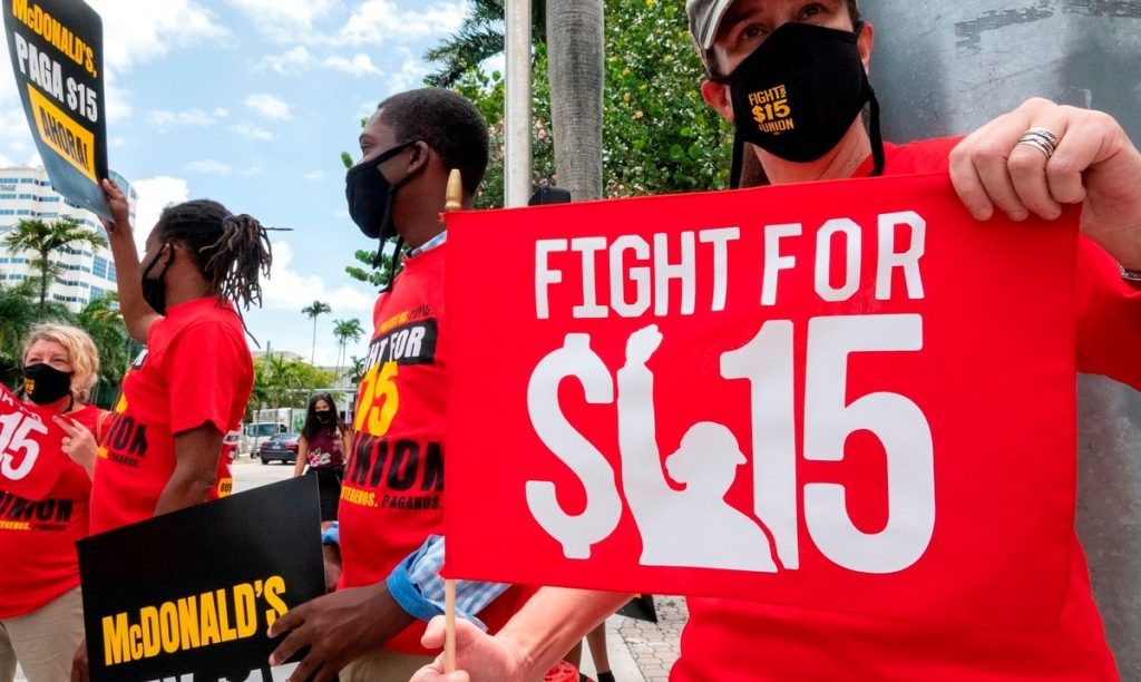 The fast food employees claim a minimum wage of $ 15 an hour