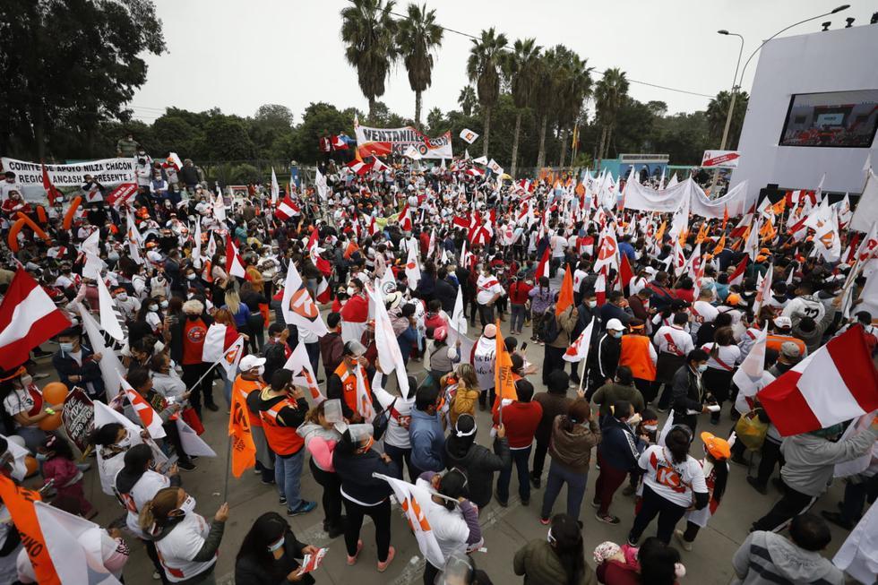 Hundreds of Fuerza Popular followers accompanied their candidate in Villa El Salvador.  (Photo: César Bueno @ photo.gec)