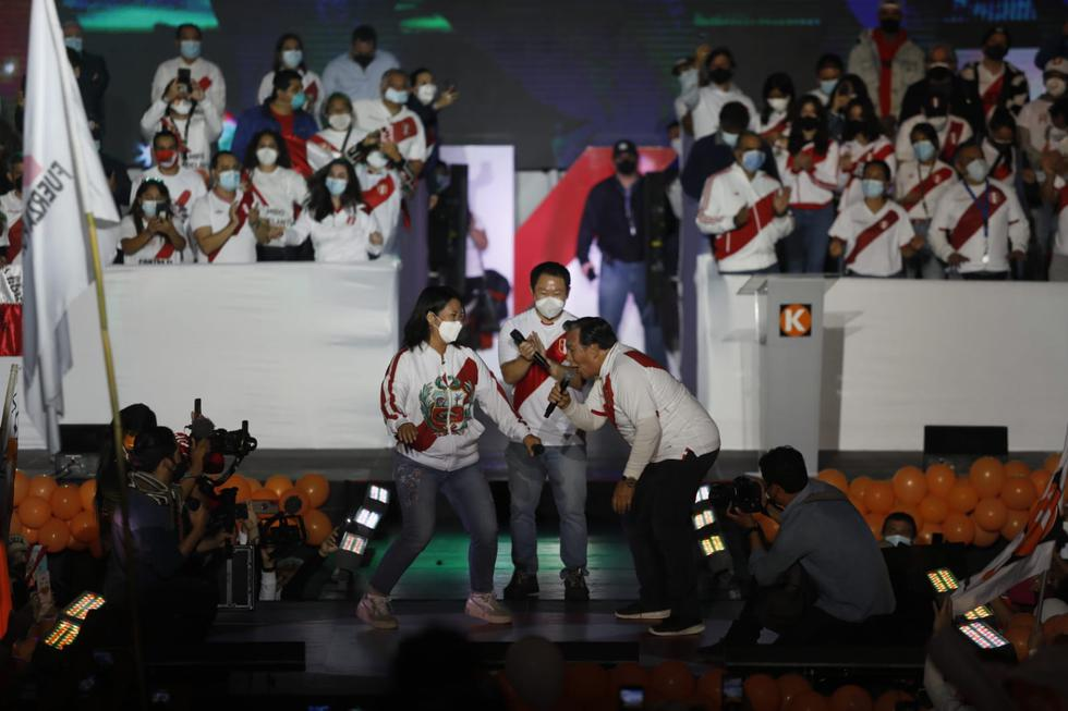 "Kenji Fujimori and Jimmy Santee took the stage and danced ""chin chin"".  (Photo; Cesar Bueno @ photo.gec)"