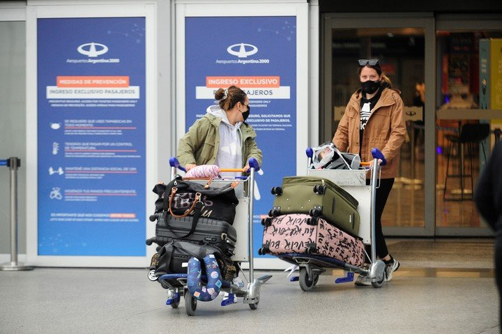 A group of passengers arrive in Essex on the first day of flight restrictions Photo: Luciano Dieberger.