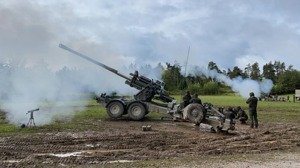 Video: Army artillery in a dynamic front exercise in Germany
