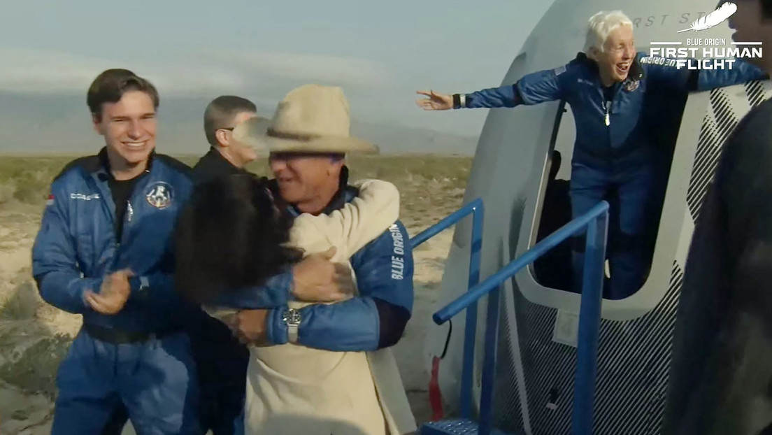 The space capsule with the richest person in the world on board, Jeff Bezos, successfully landed on Earth (video)