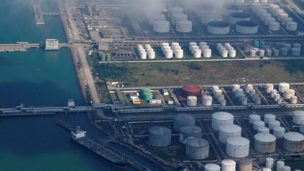 China compra menos crudo saudí y frena las importaciones de petróleo