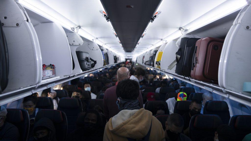 El video de una mujer amordazada e inmovilizada con cinta adhesiva durante un vuelo en EE.UU causa polémica en las redes