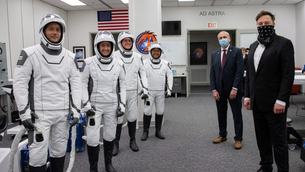 Elon Musk ofrece a la NASA ayuda de SpaceX para desarrollar trajes espaciales para el futuro viaje a la Luna