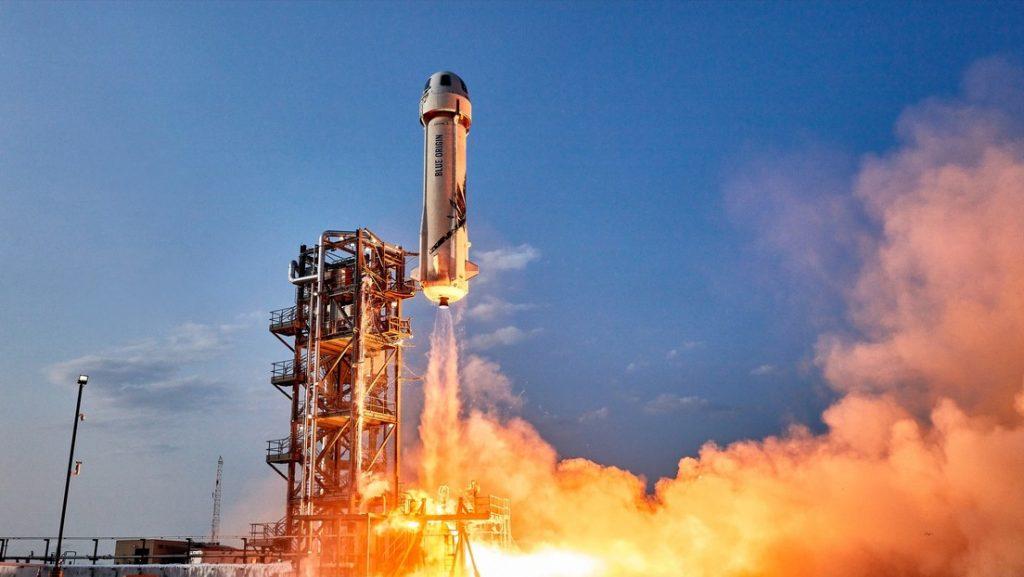 """Blue Origin dice que la colaboración de la NASA con SpaceX """"impedirá que EE.UU. aterrice en la Luna de una manera segura"""" y Musk responde"""