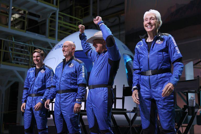 The crew that traveled & # xf3;  Into space with Jeff Bezos