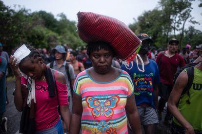 Immigrant families travel through Tapasula, Chiapas.