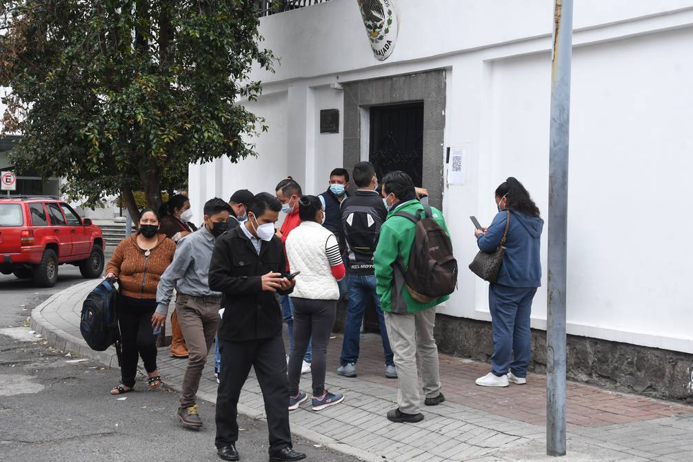 At the Embassy of Mexico, in Quito, there is a large crowd of people who want to get a visa  Ecuador    News