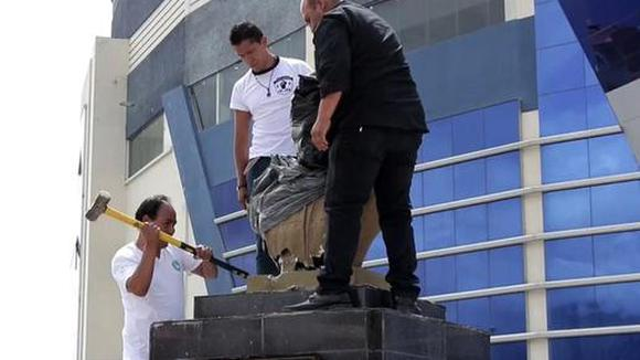 The bust and name of Evo Morales removed from an amphitheater in Bolivia.  (Video: EFE)