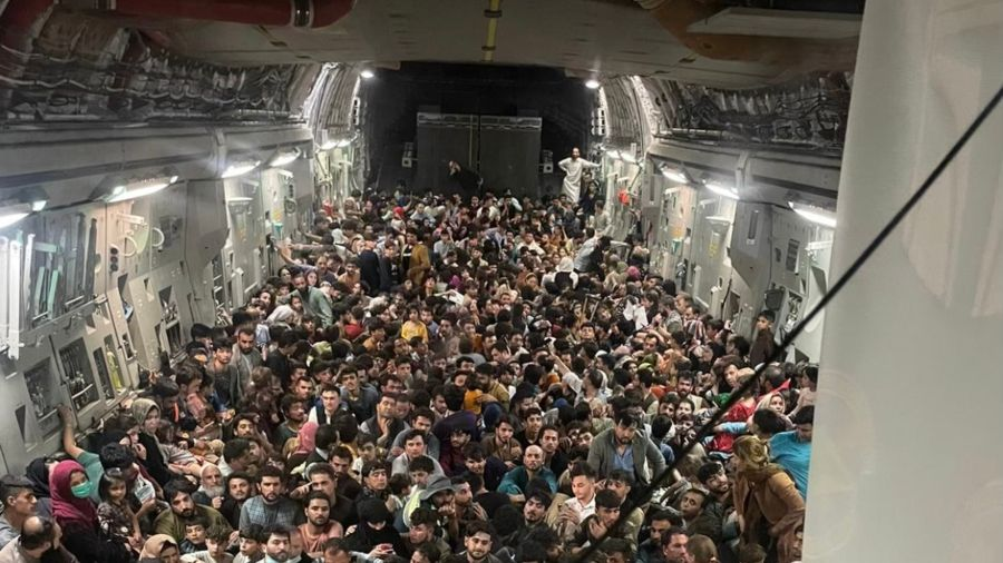 Impressive photo: More than 600 Afghans were able to escape from the Taliban on a military plane