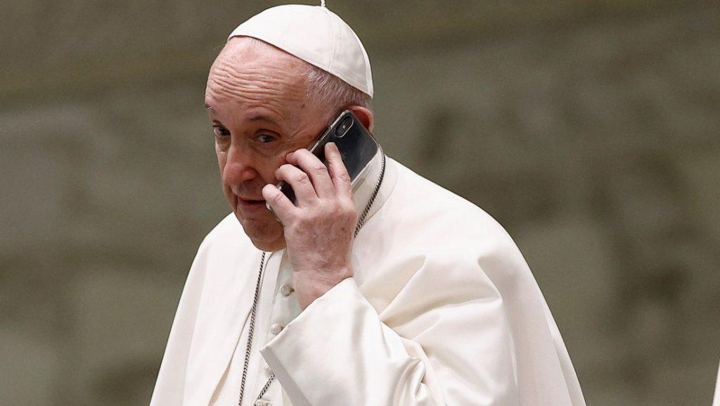 El papa Francisco atiende una llamada telefónica en plena audiencia general y ante los sorprendidos feligreses (VIDEO)
