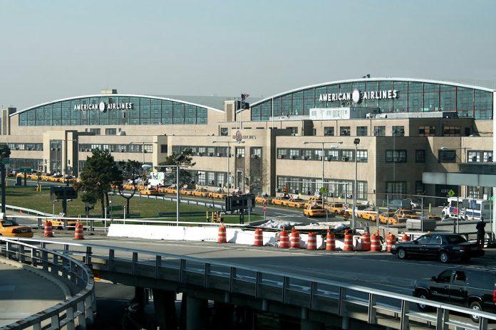 Train to LaGuardia Airport, El Nacional