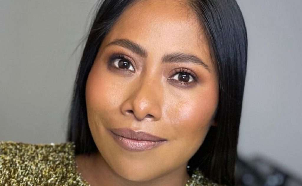 Yalitza Aparicio stands in a lycra and captures the waist of Thalía